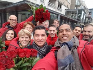 De PvdA Almere deelt rozen uit om haar kiezers te bedanken voor de overwinning tijdens de GR2018.